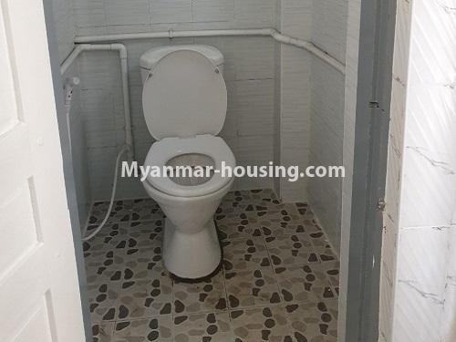 မြန်မာအိမ်ခြံမြေ - ရောင်းမည် property - No.3431 - စမ်းချောင်း မြေနီကုန်းနားတွင် အသစ်ပြင်ဆင်ထားသော အိပ်ခန်းသုံခန်းပါကွန်ဒိုခန်း ရောင်းရန်ရှိသည်။  - common toilet view