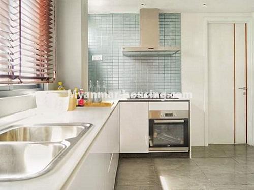 မြန်မာအိမ်ခြံမြေ - ရောင်းမည် property - No.3461 - အဆင့်မြင့်ပြင်ဆင်ထားသည့် အခန်းကျယ်တစ်ခန်း တောင်ဥက္ကလာ Serene ကွန်ဒိုအခန်း ရောင်းရန်ရှိသည်။ - another view of kitchen